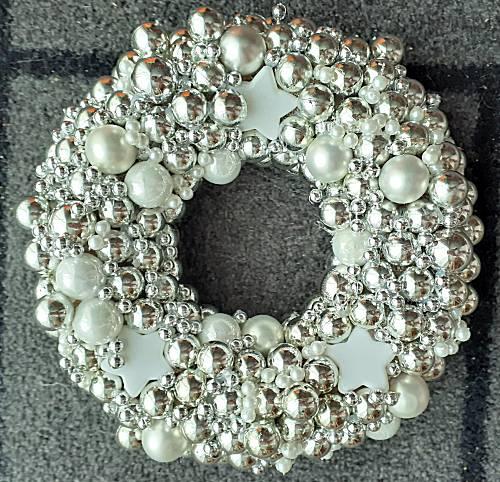 Kerstkrans van zilveren kerstballen