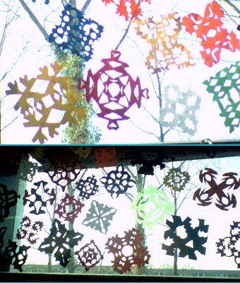 Sneeuwvlokken voor het raam