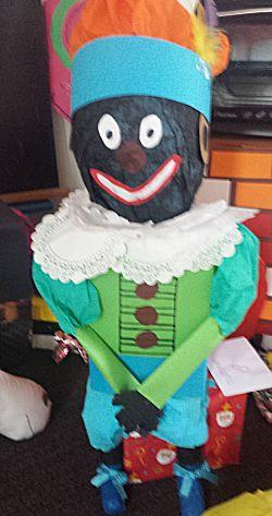 Zwarte Piet op stoel surprise