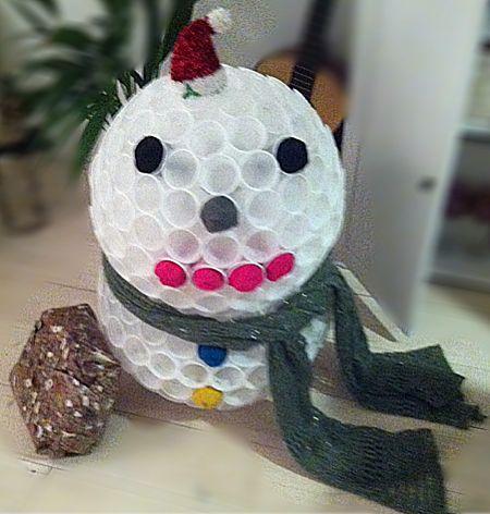 Sneeuwpop van plastic bekertjes.