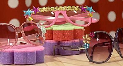 Oppimpen van zonnebril en slippers