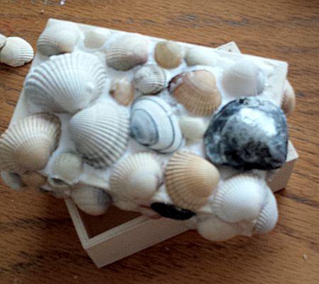 Doosje met schelpen beplakken