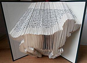 Boekkunst teckel uit boek vouwen
